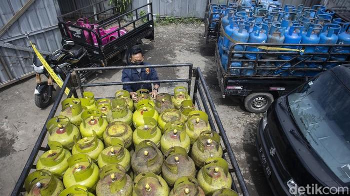 Bareskrim Polri membongkar penyalahgunaan gas subsidi 3 kg di Jakarta Barat yang beraksi sejak 2018. Akibatnya, negara mengalami kerugian sekitar Rp 7 miliar.