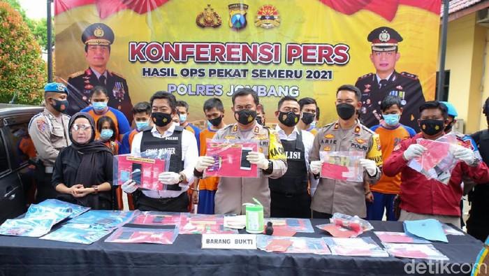 Polres Jombang menggelar Operasi Penyakit Masyarakat (Pekat) selama 12 hari menjelang Bulan Suci Ramadhan. Dari operasi ini terungkap penyakit masyarakat di Kota Santri didominasi aksi premanisme dan peredaran minuman keras (miras).