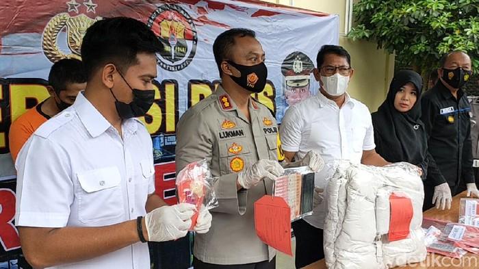 Kasus suami jual istri di Kediri terbongkar. Pelaku menjual istrinya ke lelaki hidung belang dengan tarif Rp 1 juta.