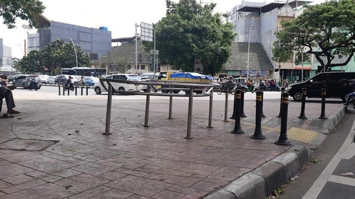 Portal S sebagai pembatas atau bollard di Jatibaru. Pembatas ini bisa dipasang di trotoar depan Kuningan City.