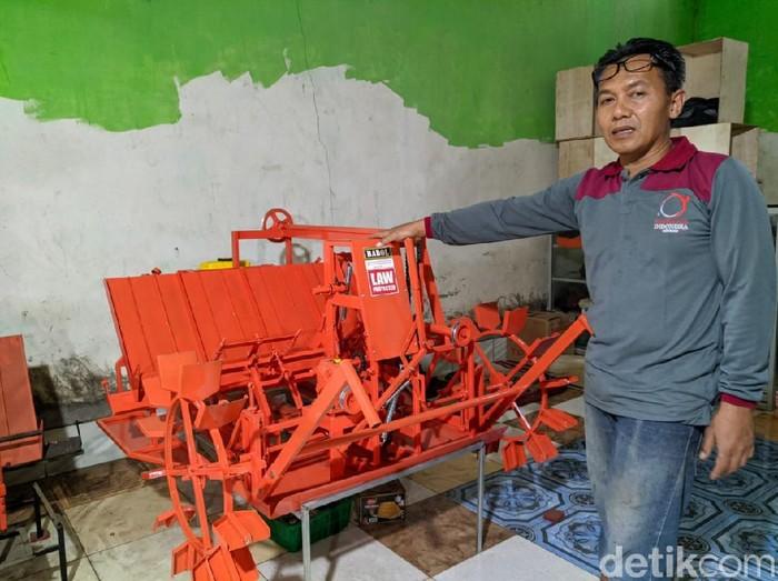 Subagyo Edi Sasmito sungguh kreatif. Warga Desa/Kecamatan Jenangan ini membuat alat tanam padi. Bahkan saat ini pesanan alat tanam padi miliknya sudah penuh.