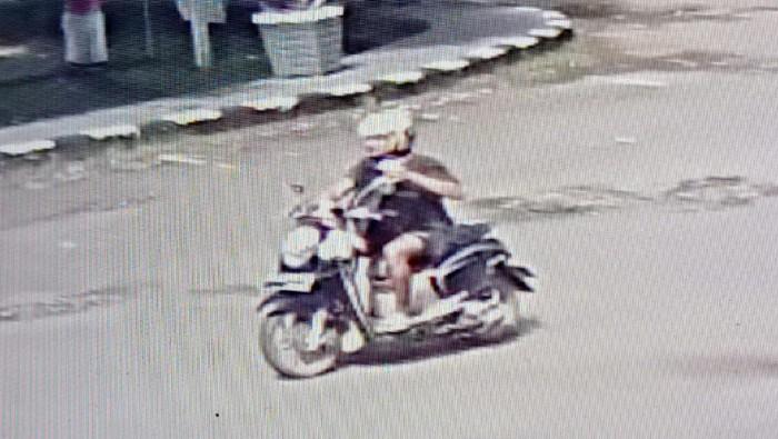 Pria diduga pelaku teror terekam CCTV menjatuhkan kotak mencurigakan di Kantor Bupati Pinrang (dok. Istimewa).