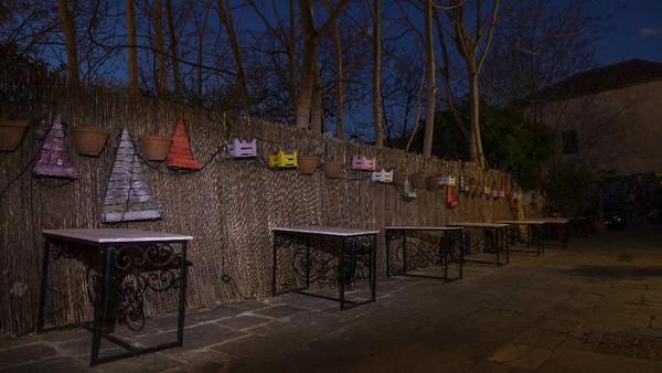 Keheningan telah menggantikan riuh dengungan percakapan yang sebelumnya menyelimuti kafe-kafe sepanjang trotoar di Athena, Yunani.