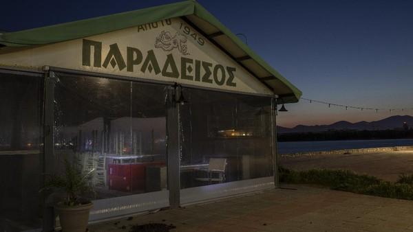 Namun restoran, bar dan kafe, hingga kini telah memasuki bulan keenam mereka tutup.