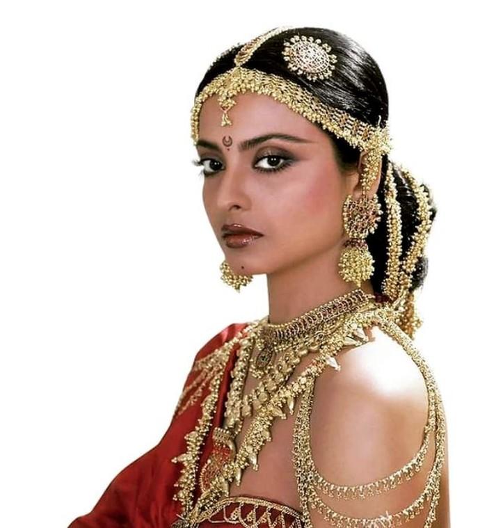 Rekha, bintang Bollywood yang disebut selingkuhan Amitabh Bachchan.