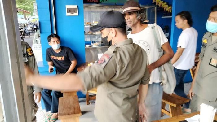Satpol PP Denpasar Amankan WNA India Diduga Kerap Palak Warung