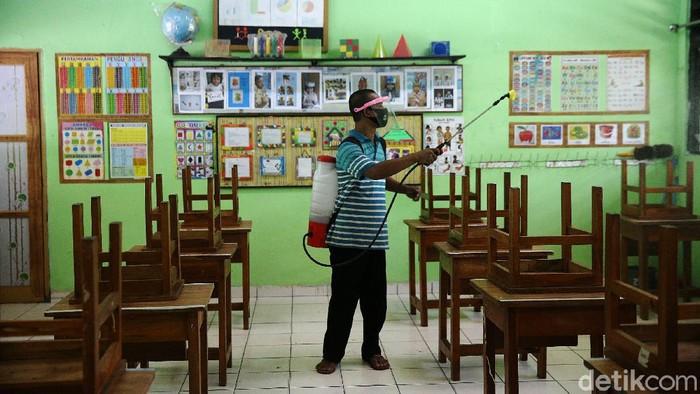 Guru menyiapkan ruang kelas di SD Kenari 08 Pagi di, Jakarta Pusat, Selasa (6/4/2021). Proses pembersihan kelas ini dilakukan guna mempersiapakan uji coba kegiatan belajar tatap muka yang akan diselenggarakan 7-29 April 2021.
