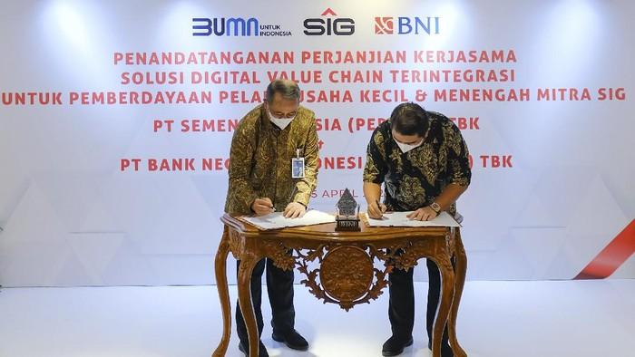 PT Semen Indonesia (Persero) Tbk (SIG) dan PT Bank Negara Indonesia (Persero) Tbk (BNI) melakukan penandatanganan Perjanjian Kerja Sama Solusi Digital Value Chain untuk Pembiayaan Distributor Mitra SIG. Penandatanganan dilakukan oleh Direktur Utama SIG, Hendi Prio Santoso dan Direktur Utama BNI, Royke Tumilaar di Jakarta, Senin (5/4).