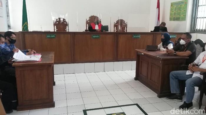 Sidang putusan praperadilan kasus terkait komentar hina Gibran Rakabuming Raka di PN Solo, Selasa (6/4/2021).