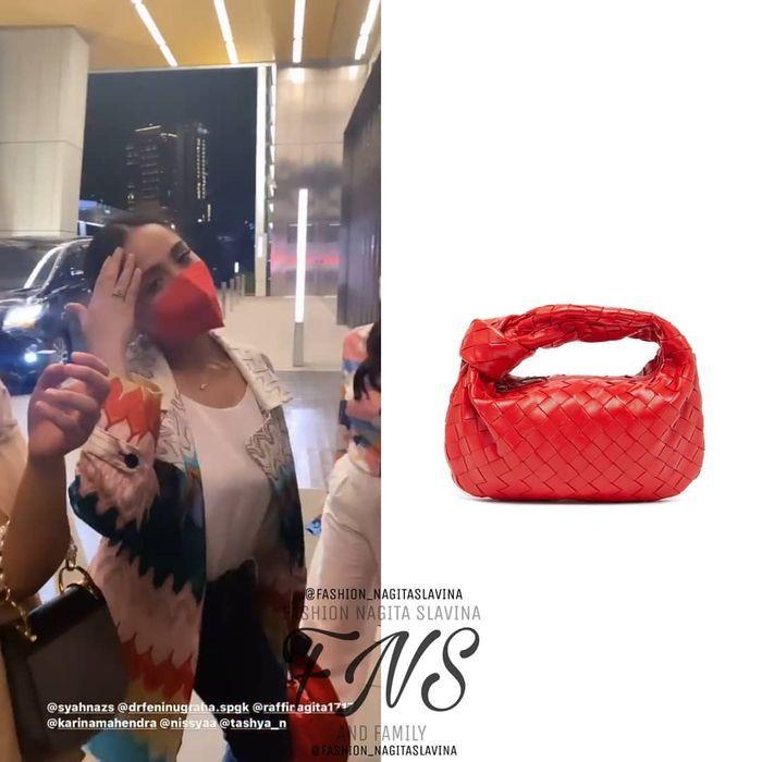 Nagita Slavina menggunakan tas Bottega Veneta