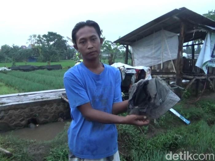 Tiga petani di Kota Probolinggo disambar petir saat berteduh di gubuk ketika hujan deras. Satu orang tewas.