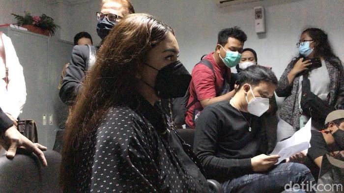 Thalita Latief dan Dennis Lyla saat ditemui di PA Jakarta Pusat.