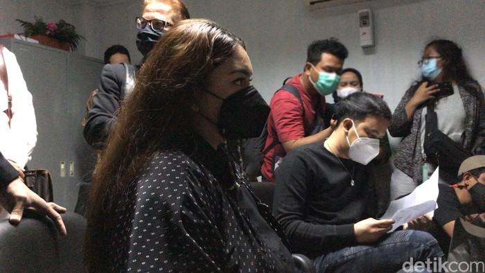 Thalita Latief & Dennis Lyla menjalani mediasi perceraian di Pengadilan Agama Jakarta Pusat, kawasan Rawasari, Jakarta Pusat, Selasa (6/4/2021).