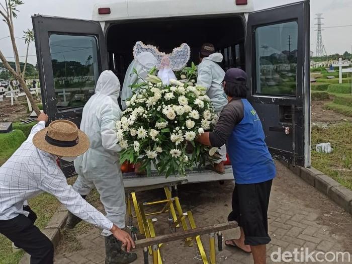 Jenazah mendiang Erwan Siswoyo, ayah dari Dino Wijaya akhirnya dibongkar dan dipindahkan dari TPU Keputih blok COVID-19. Pemindahan jenazah dilakukan setelah Dino menang dalam gugatan di PTUN.