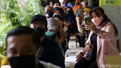 Target pemerintah untuk membuka kembali sekolah tatap muka mengharuskan guru segera mendapat vaksinasi. Hari ini vaksinasi kembali digelar di SMP 216 Jakarta.