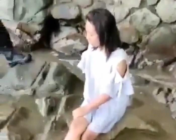 video menggambarkan seorang wanita termenung di kawasan Pantai Karanggongso, Trenggalek viral di grup whatsapp dan berbagai media sosial (Medsos).