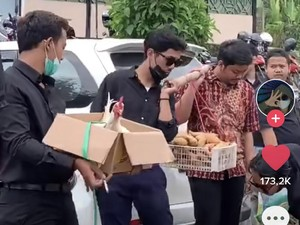 Viral Antimainstream, Geng Cowok Ini Kondangan Bawa Kado Kambing Hingga Ayam