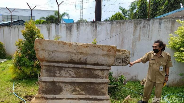 Yoni raksasa yang sekarang berada di Dinas Pendidikan dan Kebudayaan Kabupaten Magelang