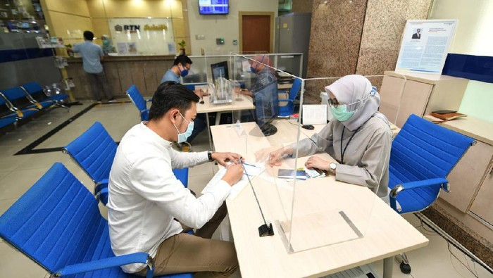 Nasabah Unit Usaha Syariah (UUS) PT Bank Tabungan Negara (Persero) Tbk. tengah melakukan transaksi di kantor BTN Syariah di Jakarta, Rabu (7/4/2021). BTN Syariah tetap mencatatkan pertumbuhan kinerja mencapai double digit kendati berada di bawah tekanan pandemi. Pembiayaan UUS BTN tersebut tercatat tumbuh hingga 12,6% per Februari 2021 ditopang masih tingginya kebutuhan akan rumah serta berbagai stimulus pemerintah di sektor perumahan.
