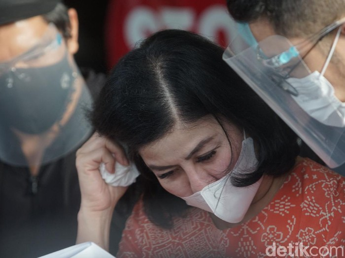 Ibunda Bams eks Samsons, Desiree Tarigan saat memberi keterangan pers terkait laporan kisruh rumah tangganya di Polres Jakarta Selatan, Jakarta, Rabu, (7/4/2021).