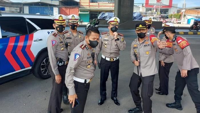 Dirlantas Polda Metro Jaya Kombes Sambodo Purnomo Yogo melakukan pengecekan
