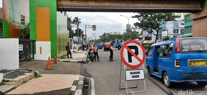 Dishub jaga akses JPO dekat Balai Kota Depok dari barikade parkir liar, 7 April 2021.  (Rahmat Fathan/detikcom)