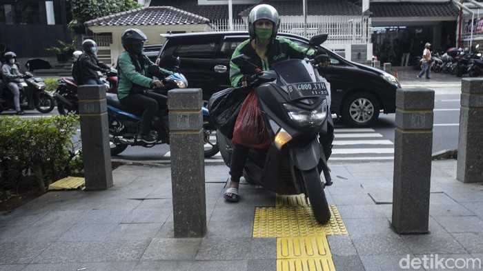 Pengendara melintas di trotoar kolong jalan layang non tol (JLNT) Casablanca, Jakarta, Rabu (7/4/2021).