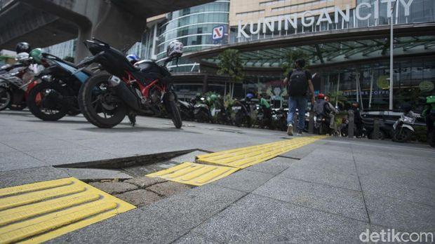 Sejumlah kendaraan bermotor parkir di trotoar kolong jalan layang non tol (JLNT) Casablanca, Jakarta, Rabu (7/4/2021).