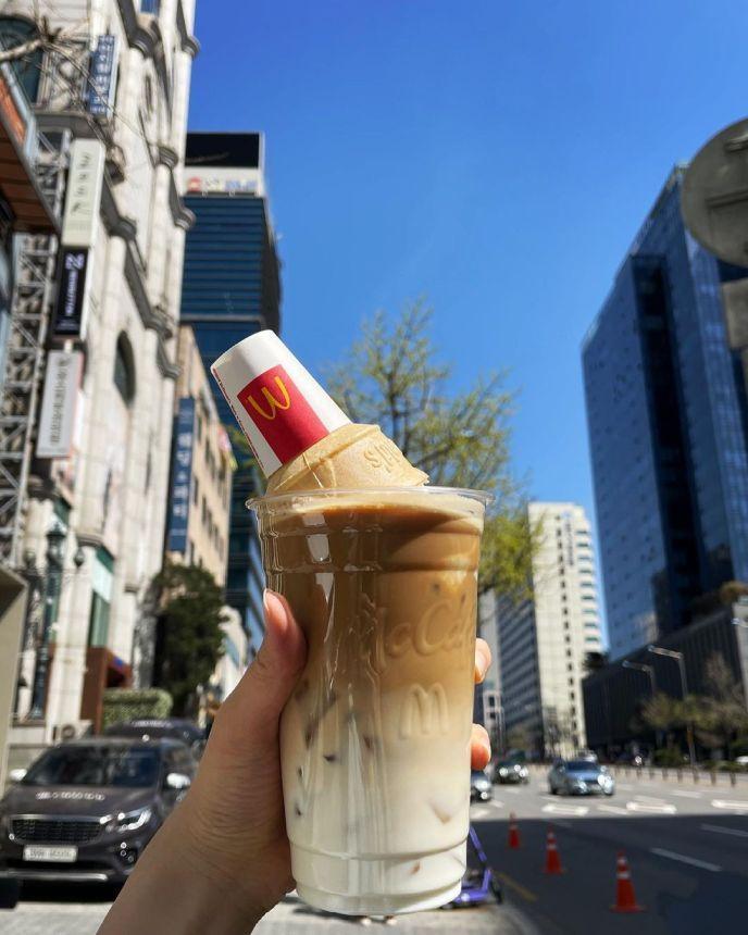 es kopi latte topping es krim cone jadi tren di korea