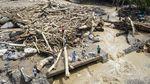 Gelondongan Kayu Menumpuk Sisa Banjir Bandang di NTT