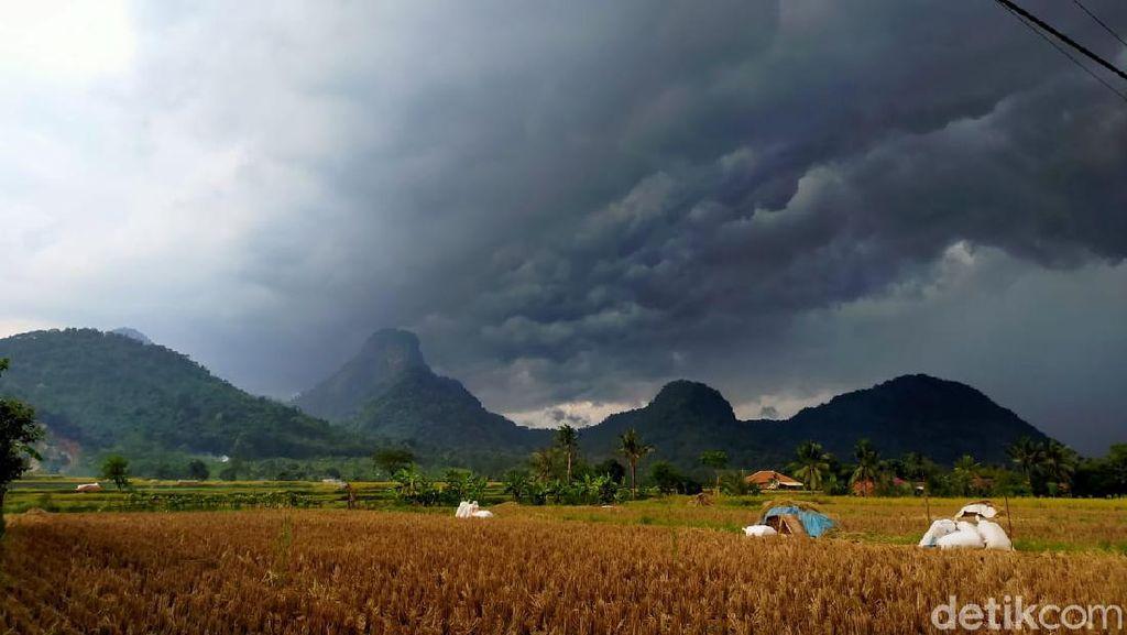 Pemerintah Diminta Tertibkan Ritual Buang Celana Dalam di Gunung Sanggabuana