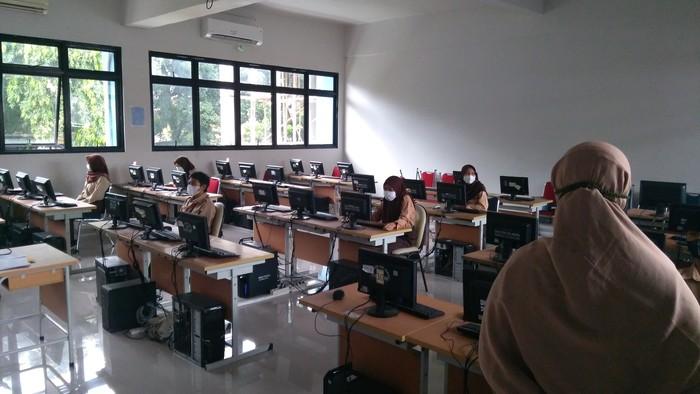 Hari Pertama Sekolah Tatap Muka di SMKN 6 Jakarta,