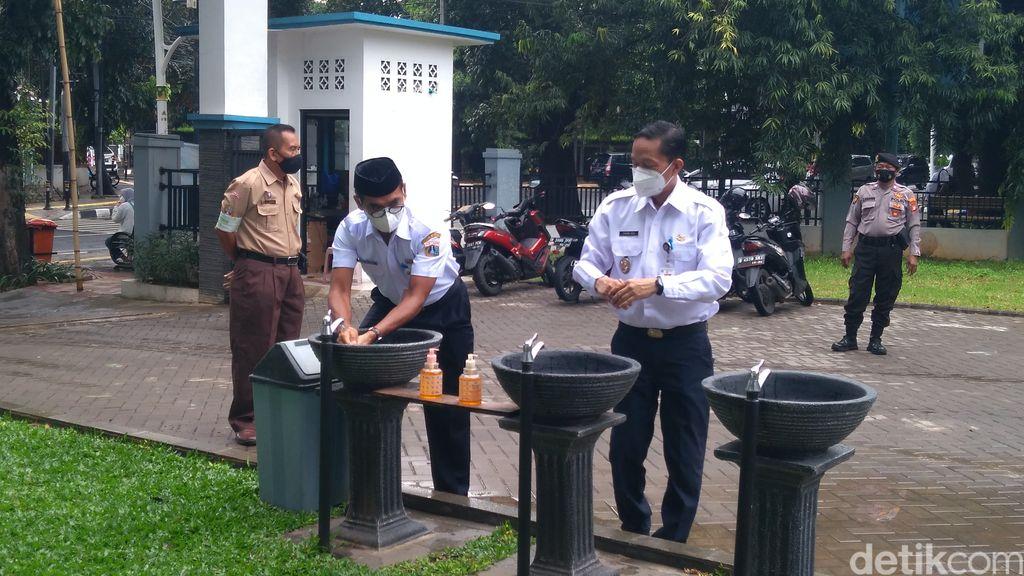 Isnawa Adji mengunjungi sekolah tatap muka di SMKN 6 Jakarta.  (Adhyasta Dirgantara/detikcom)
