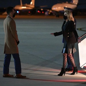 Foto: Gaya Jill Biden Pakai Stoking Transparan yang Picu Kontroversi