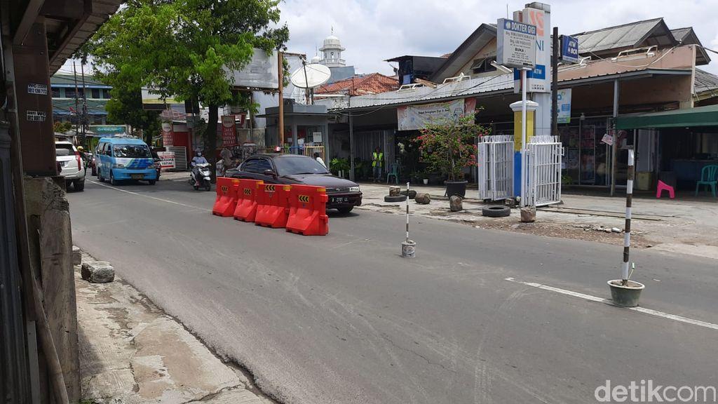 Jl Moh Kahfi I dekat persimpangan Jl Brigif dan Jl Warung Silah, menanti tambahan barier, 7 April 2021. (Rahmat Fathan/detikcom)