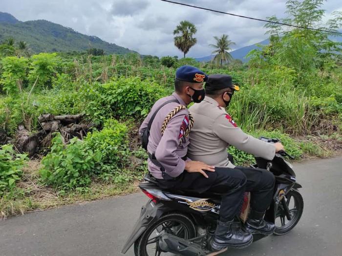 Kapolda NTT, Irjen Lotharia Latif menyewa motor tukang ojek di Flores Timur untuk mengantarkan bantuan ke Desa Nelalemadike, Flores Timur (Flotim). Desa itu disebut paling terdampak banjir bandang.