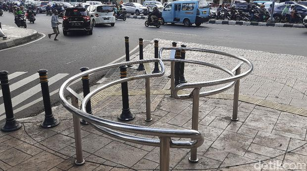 Kombinasi bollard dan portal S di trotoar di Cideng, Tanah Abang, Jakpus, dipercaya paling ampuh mengatasi pemotor bandel yang menerobos trotoar. 7 April 2021. (Rahmat Fathan/detikcom)