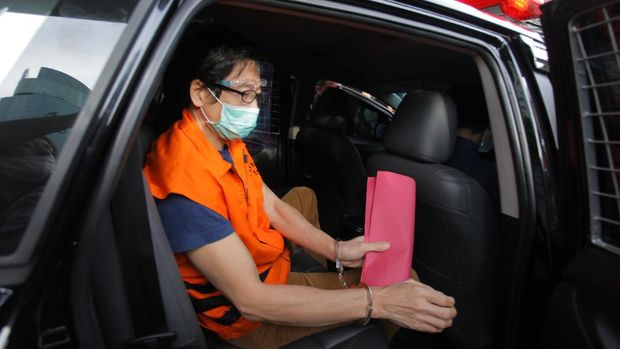 Tersangka pemilik PT Borneo Lumbung Energi dan Metal Samin Tan naik ke dalam mobil tahanan usai diperiksa dalam kasus dugaan suap terhadap mantan anggota DPR Eni Maulani Saragih di Gedung Merah Putih KPK, Jakarta, Selasa (6/4/2021). KPK resmi menahan buronan KPK Samin Tan yang diduga memberi suap Rp5 miliar kepada Eni Maulani Saragih untuk kepentingan proses pengurusan terminasi kontrak PKP2B PT Asmin Koalindo Tuhup (AKT) di Kalimantan Tengah. ANTARA FOTO/Reno Esnir/wsj.