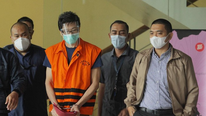 Tersangka pemilik PT Borneo Lumbung Energi dan Metal Samin Tan (kedua kiri) menggunakan rompi tahanan usai diperiksa dalam kasus dugaan suap terhadap mantan anggota DPR Eni Maulani Saragih di Gedung Merah Putih KPK, Jakarta, Selasa (6/4/2021). KPK resmi menahan buronan KPK Samin Tan yang diduga memberi suap Rp5 miliar kepada Eni Maulani Saragih untuk kepentingan proses pengurusan terminasi kontrak PKP2B PT Asmin Koalindo Tuhup (AKT) di Kalimantan Tengah. ANTARA FOTO/Reno Esnir/wsj.