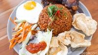 Sedapnya Nasi Goreng Buntut di Kafe Kekinian Bernuansa Bali