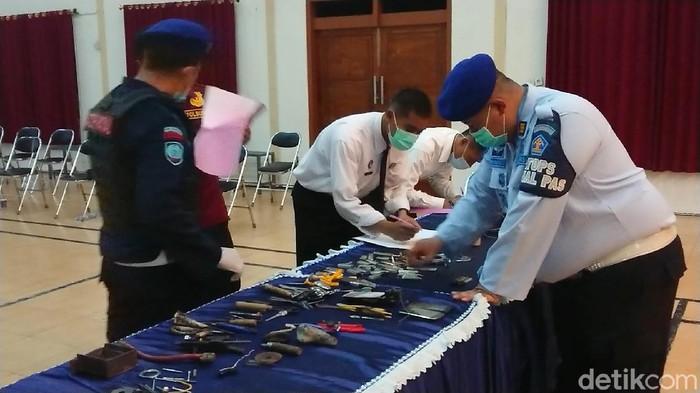 Tim gabungan dari Lapas Klas IIB Tulungagung, polisi, BNN dan TNI melakukan razia mendadak di seluruh blok hunian warga binaan. Hasilnya masih ditemukan sejumlah barang terlarang di dalam sel.