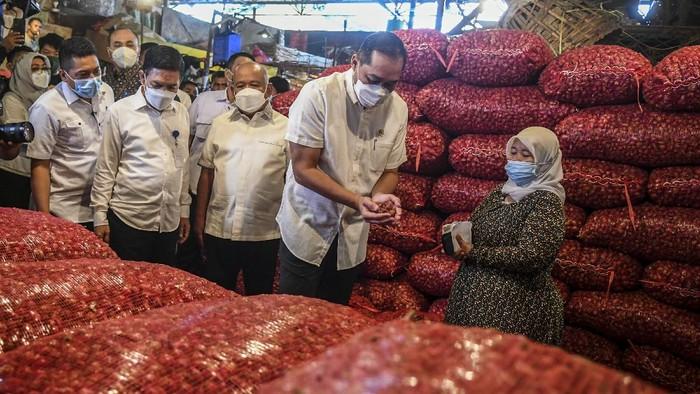 Menteri Perdagangan Muhammad Lutfi (kanan) berbincang dengan pedagang saat meninjau kebutuhan bahan pokok,  di Pasar Induk Kramat Jati, Jakarta, Rabu (7/4/2021).  Kunjungan menteri perdagangan tersebut dalam rangka meninjau harga dan ketersediaan kebutuhan bahan pokok di pasar jelang bulan Ramadhan dan Lebaran Idul Fitri 2021. ANTARA FOTO/Galih Pradipta/hp.