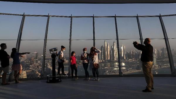 Sekarang pengunjung dapat melihat Palm Jumeirah dari dek observasi 360 derajat Nakheel, yang dibuka pada bulan April. Kolam renang dijadwalkan untuk dibuka akhir tahun ini sebagai bagian dari daya tarik baru Dubai, The Palm Tower setinggi 210 meter. AP Photo/Kamran Jebreili