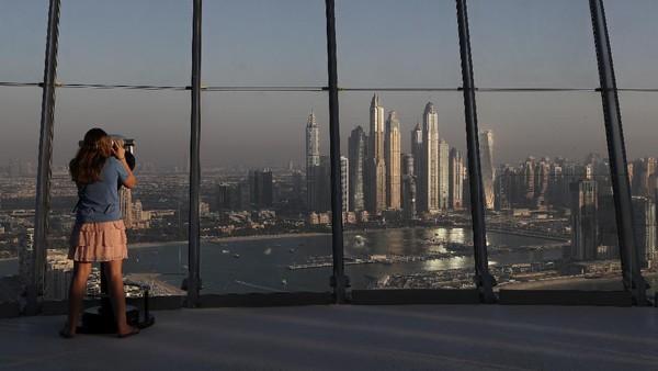 Hotel dan apartemen ini dilengkapi dengan tempat makan dan rekreasi tiga lantai di puncak gedung yang mencakup dek observasi The View, serta AURA Sky Pool, yang menampilkan salah satu infinity pool tertinggi di dunia.