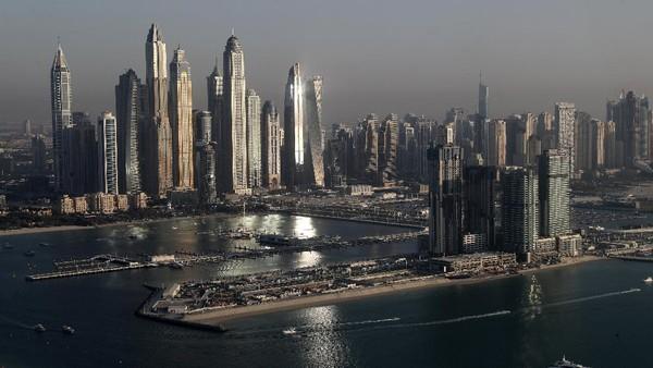 Pemandangan siang hari adalah gedung-gedung pencakar langit yang menjadi ciri khas kota Dubai.