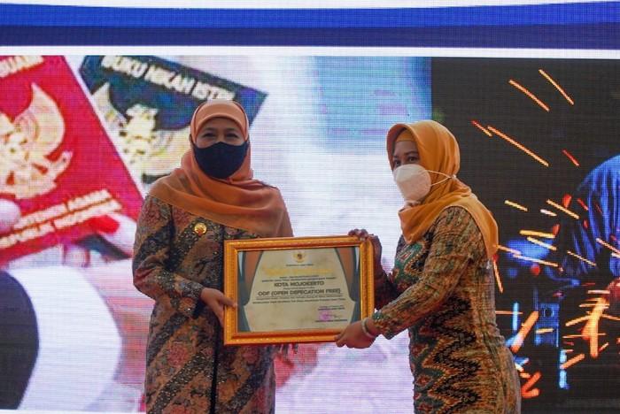 Pemerintah Kota (Pemkot) Mojokerto menerima sertifikat Open Defecation Free (ODF) dari Gubernur Jawa Timur Khofifah Indar Parawansa karena dianggap berhasil menyelesaikan masalah Buang Air Besar Sembarangan (BABS).
