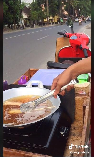 Anti Mainstream! Penjual Telur Gulung Ini Dagang Pakai Vespa Merah