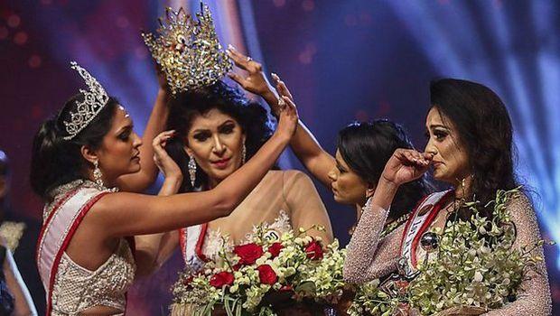 Mahkota Mrs Sri Lanka Pushpika De Silva dicopot dari kepalanya.