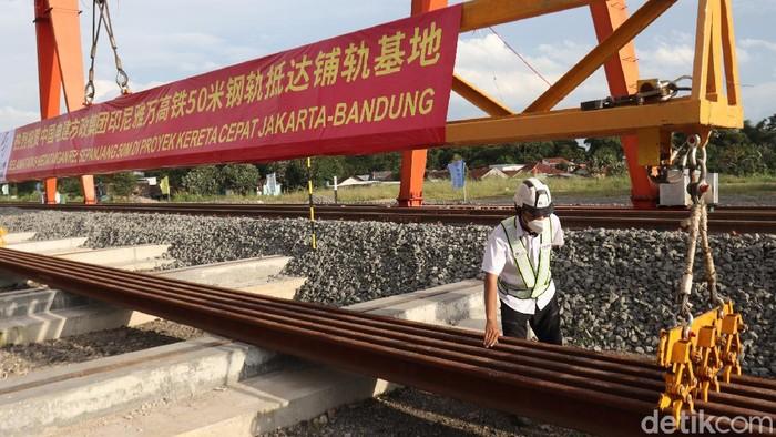 60 batang rel Kereta Cepat Jakarta Bandung (KCJB) yang diangkut dari Stasiun Cilacap Pelabuhan tiba di Depo Kereta Cepat Tegalluar,  Rancaekek, Kabupaten Bandung, Jawa Barat.