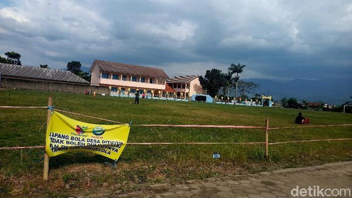 Renovasi Lapangan Bola Kampung di Bandung